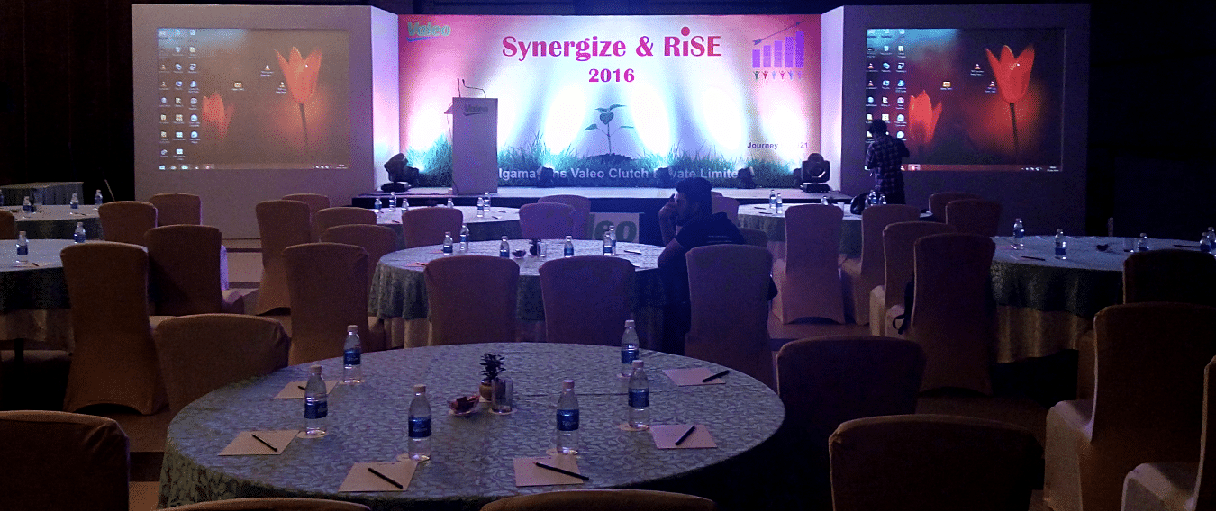 Corporate event table & stage arrangements with Projection screens. Kiyoh event planner